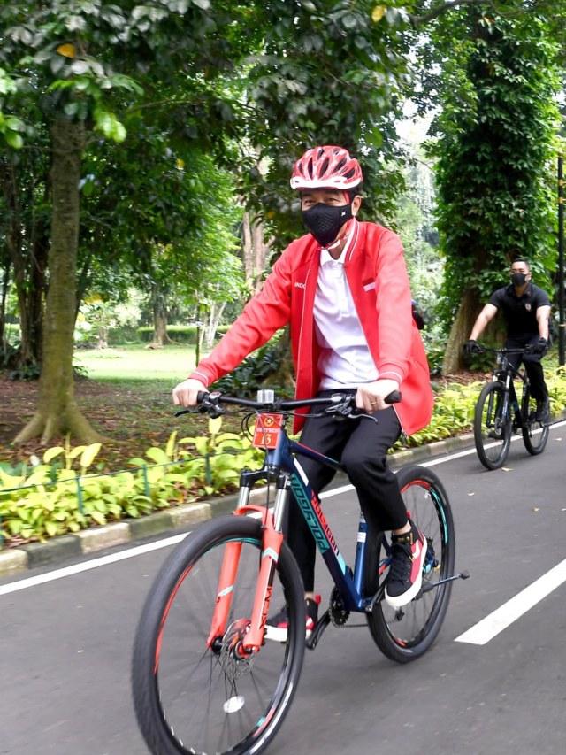 Gaya Jokowi Bersepeda dan Bagikan Masker di Kebun Raya Bogor Bersama Kaesang (82049)