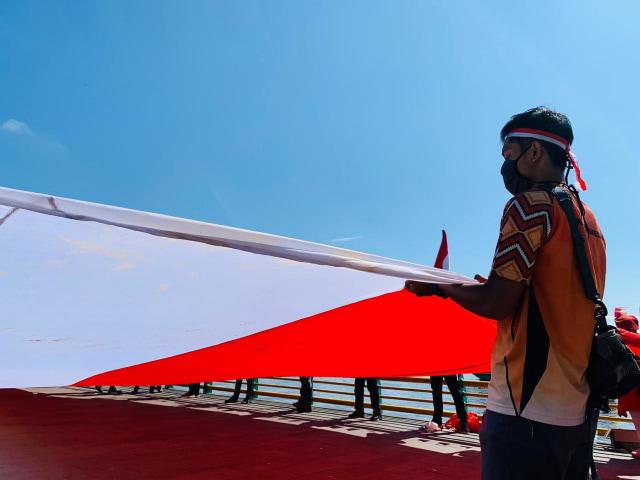 Foto: Pembentangan Bendera Merah Putih Raksasa di Sungai Kapuas Pontianak  (88736)