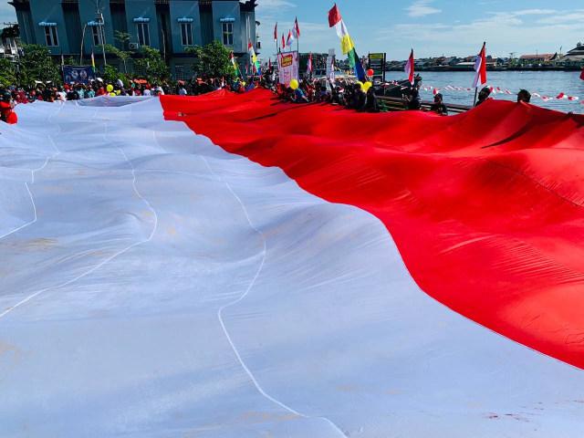 Foto: Pembentangan Bendera Merah Putih Raksasa di Sungai Kapuas Pontianak  (88737)