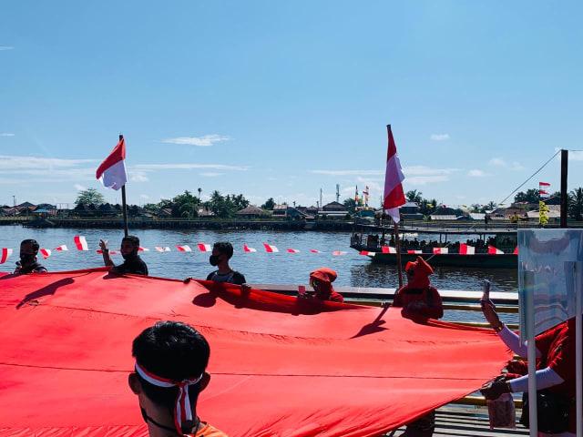 Foto: Pembentangan Bendera Merah Putih Raksasa di Sungai Kapuas Pontianak  (88738)