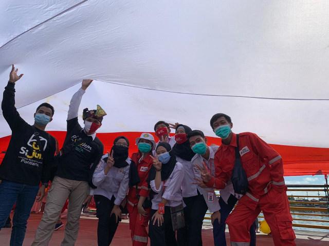 Foto: Pembentangan Bendera Merah Putih Raksasa di Sungai Kapuas Pontianak  (88739)