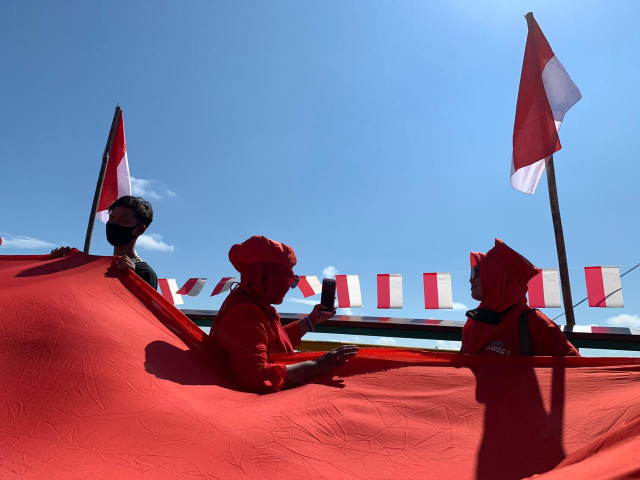 Foto: Pembentangan Bendera Merah Putih Raksasa di Sungai Kapuas Pontianak  (88741)