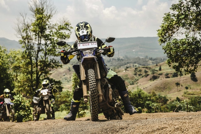 Foto: Garuk Tanah Pakai Yamaha WR 155 R di Bukit Hambalang (90832)