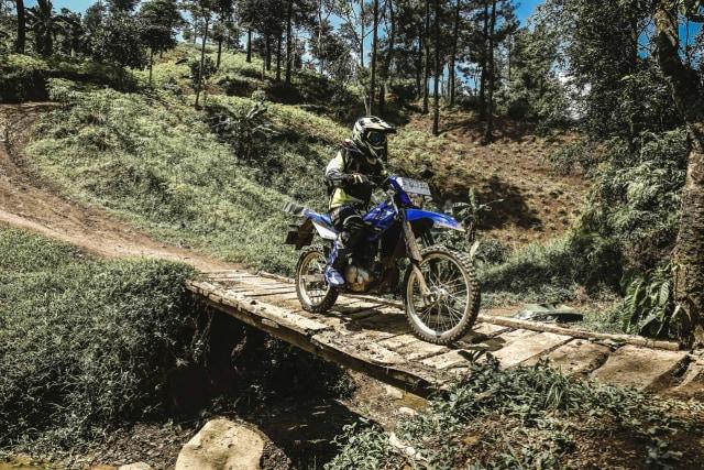 Foto: Garuk Tanah Pakai Yamaha WR 155 R di Bukit Hambalang (90829)