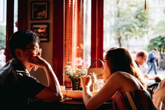 5 Pertanyaan Ini Tidak Aneh Diajukan Saat Kencan Pertama Kumparan Com