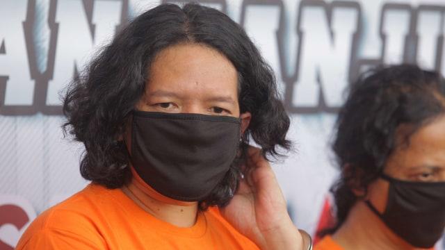 Foto: Potret Anton J-Rocks Gunakan Baju Tahanan karena Kasus Narkoba (60990)