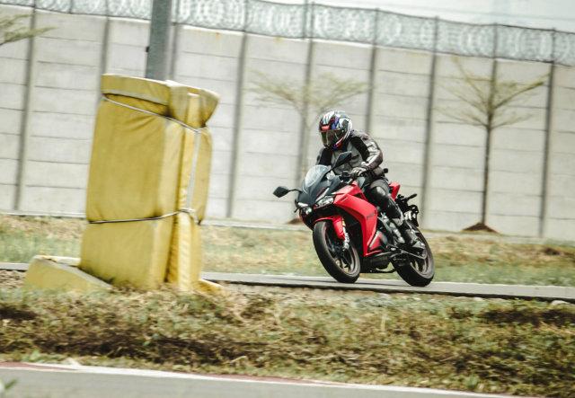 Catatan Kami Setelah Menggeber Honda CBR250RR SP Quick Shifter di Sirkuit  (56434)