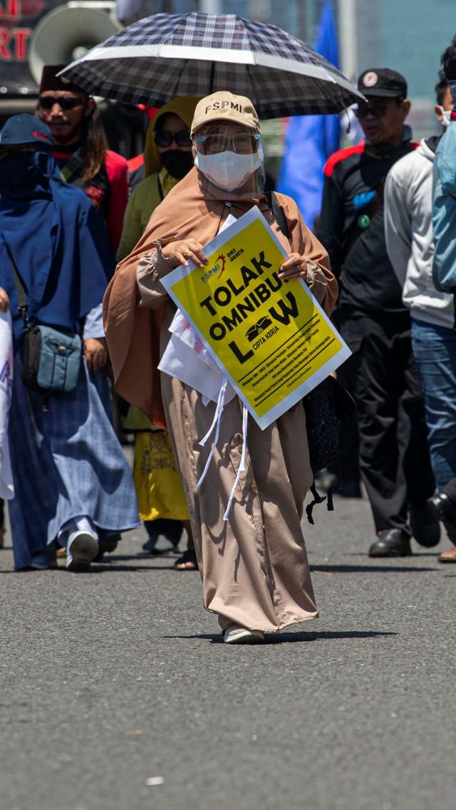 Foto: Aksi Buruh Tolak Omnibus Law di Depan DPR (32397)