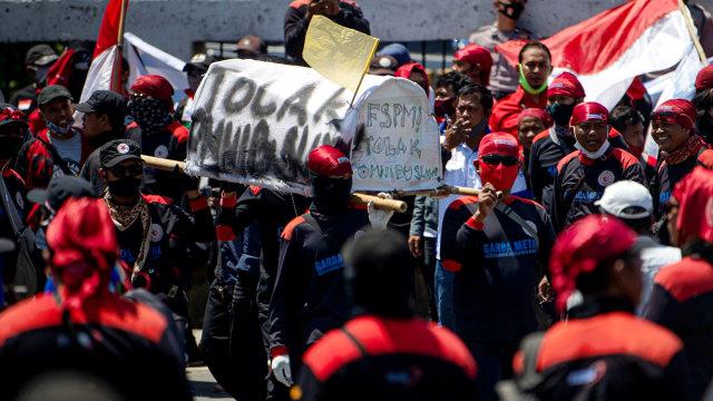 Foto: Aksi Buruh Tolak Omnibus Law di Depan DPR (32398)