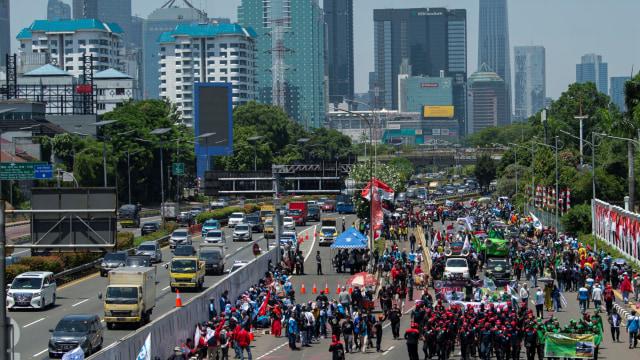 Demo Buruh Tolak Omnibus Law Bubar, Lalu Lintas Depan DPR Bisa Dilewati (71316)