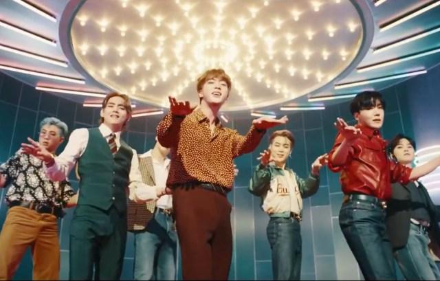 Perbedaan Mendasar Video Musik Dynamite BTS Versi Original dan B-Side (32180)