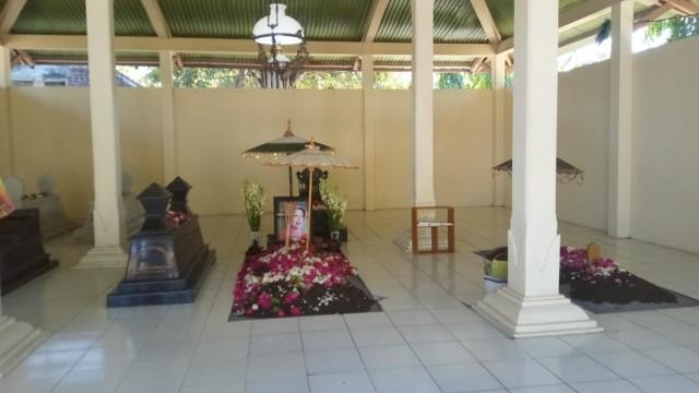 Jokowi Ziarah ke Makam Ibunda Didampingi Gibran, Warga Berebut Paket Sembako (17355)