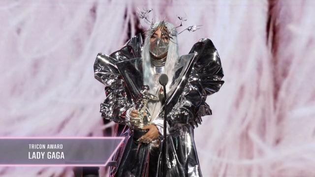 Gaya Nyentrik Selebriti di Ajang MTV VMA 2020, Lady Gaga Ganti Baju 9 Kali (15245)
