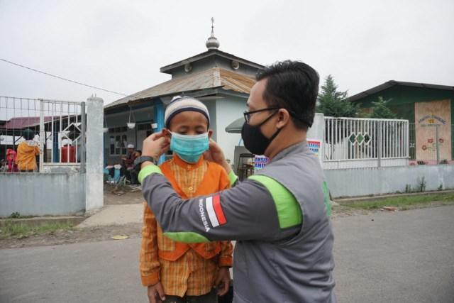IZI Bagikan Paket Logistik dan Medis Kepada Korban Erupsi Sinabung (69240)