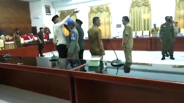Pecahkan Kaca Meja, Ketua DPRD Tolitoli Nyaris Adu Jotos dengan Kepala BKD (3065)