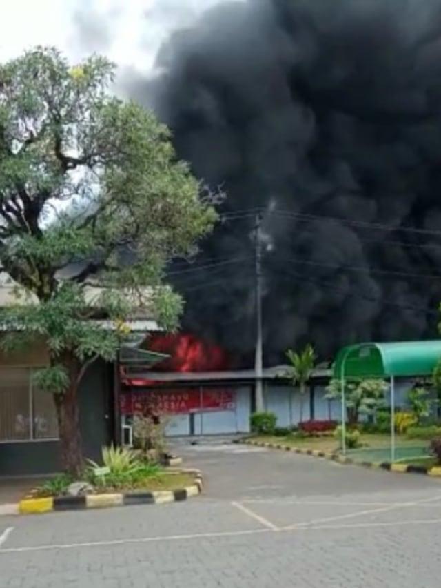 Gudang Elektronik Polytron PT Hartono Istana Teknologi di Demak Terbakar (3377)