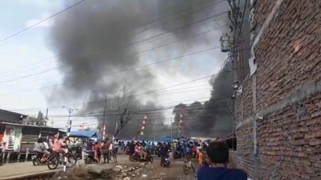 Gudang Elektronik Polytron PT Hartono Istana Teknologi di Demak Terbakar (3378)