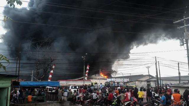 Lebih dari 3 Jam Api Masih Berkobar di Gudang Polytron Demak, Kebakaran Membesar (58473)