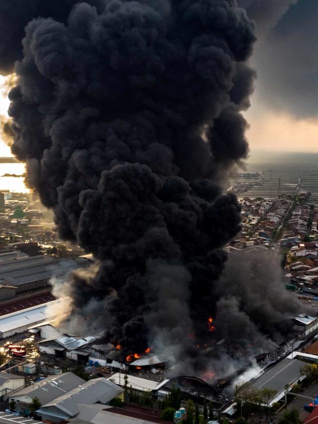 Foto: Kebakaran Besar Gudang Polytron di Demak (41327)