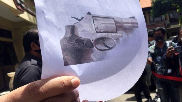 Polisi Temukan 2 Senpi Ilegal di Rumah Eks Kepala BPN Badung yang Bunuh Diri  (5449)