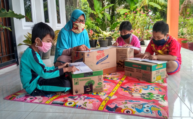 Pandemi COVID-19, Guru di Jambi Manfaatkan Teras Rumah sebagai Tempat Belajar (972033)