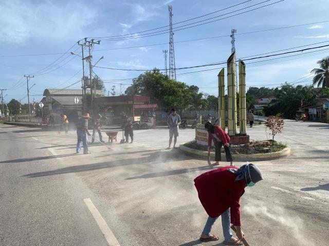 Mahasiswa UMM lakukan Gotong Royong bersama Masyarakat Desa Pasir Belengkong (33405)