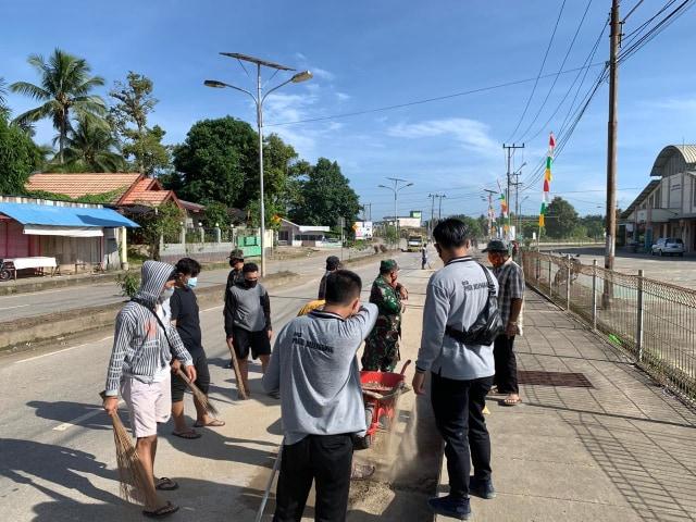 Mahasiswa UMM lakukan Gotong Royong bersama Masyarakat Desa Pasir Belengkong (33406)