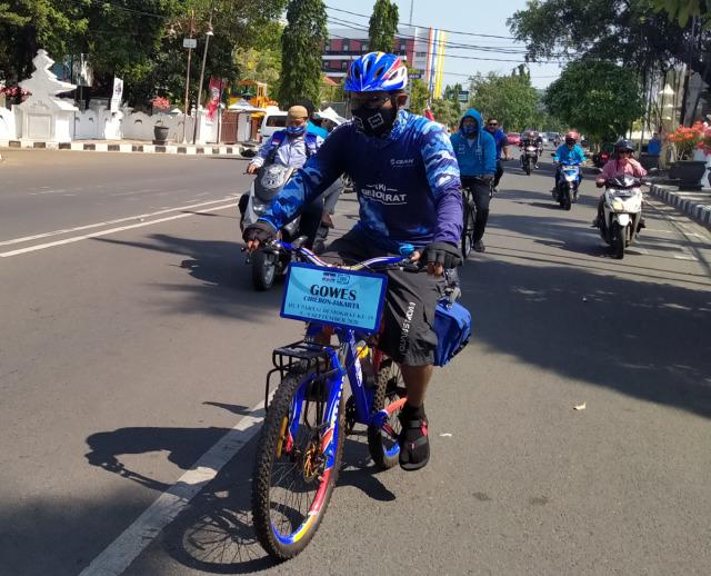 Simpatisan Demokrat Cirebon Naik Sepeda Temui AHY di Jakarta (130529)