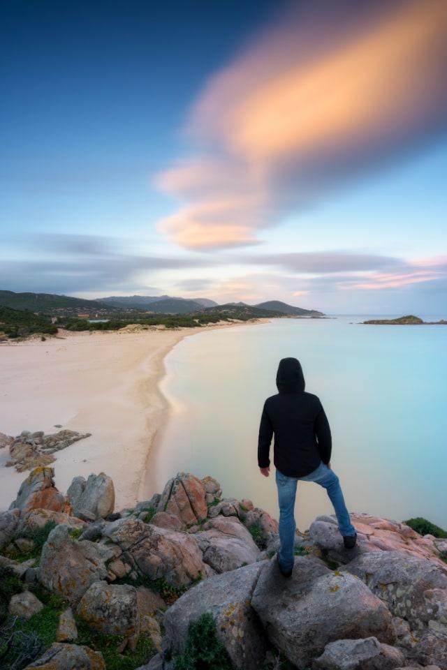 Gara-gara Ambil Pasir di Pantai Sardinia, Turis Ini Didenda Rp 17,5 Juta (80933)