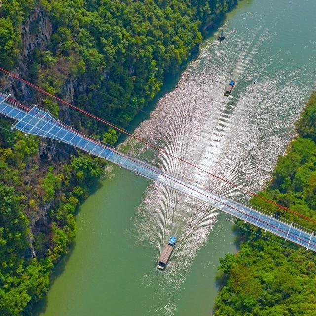Ngeri-ngeri Sedap, Ini 7 Jembatan Kaca Terkestrem di Dunia (78164)
