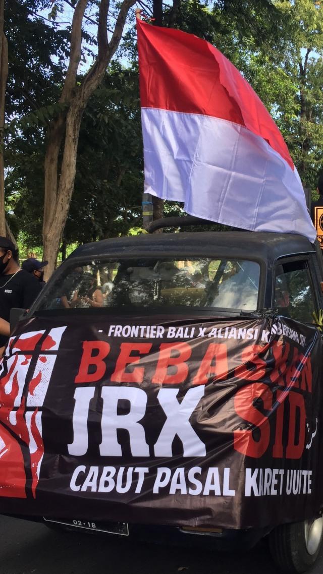 Massa Pendukung Jerinx Geruduk Kantor Gubernur Bali, Tantang Koster Debat Corona (763194)