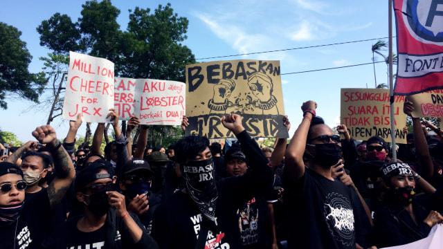 Massa Pendukung Jerinx Geruduk Kantor Gubernur Bali, Tantang Koster Debat Corona (763195)