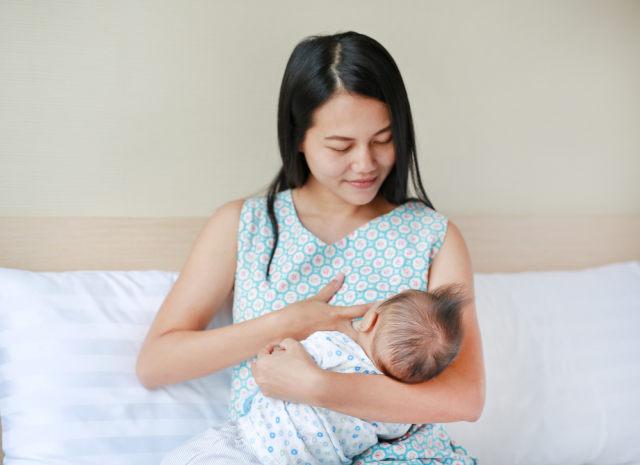 Lebih Baik Mana, Menyusui Langsung atau Memerah ASI untuk Bayi?  (1514945)
