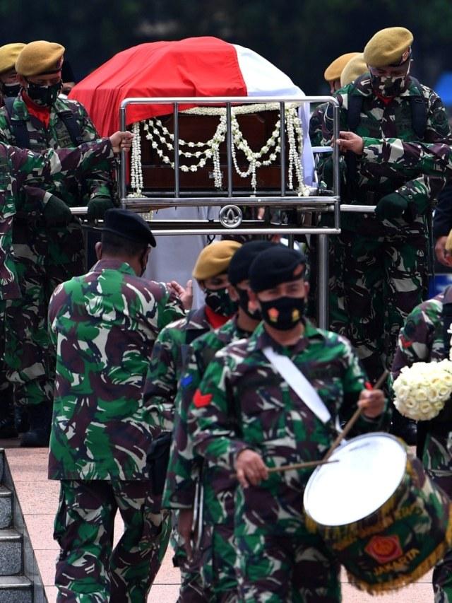Foto: Prosesi Pemakaman Jakob Oetama di TMP Kalibata (27971)