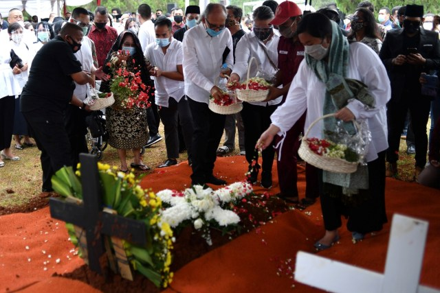 Foto: Prosesi Pemakaman Jakob Oetama di TMP Kalibata (27972)