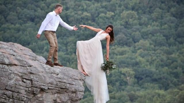 Aksi Pasangan Pengantin yang Gelantungan di Tepi Tebing untuk Foto Pernikahan (182840)