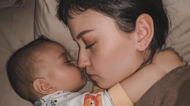 Alasan Kimberly Ryder Latih Bayinya Tidur Tanpa Empeng (166763)