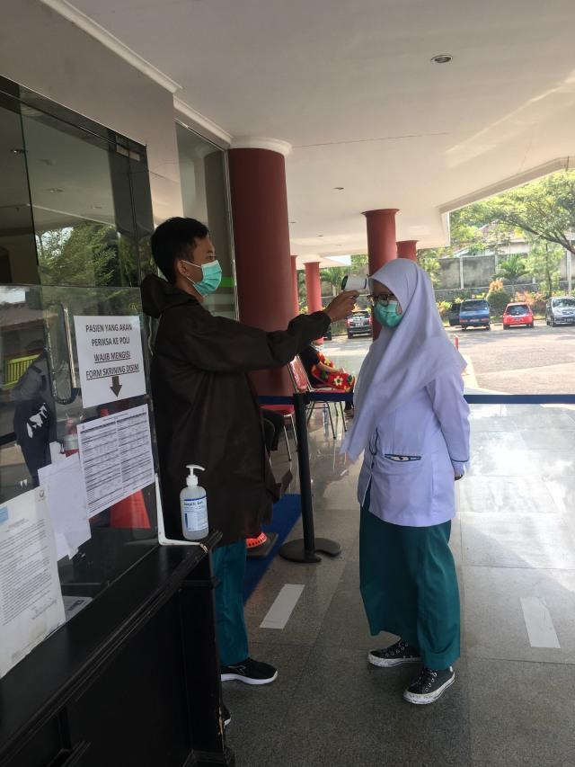 Bantu Tenaga Kesehatan, Mahasiswa S1 Keperawatan UMM Jadi Relawan Covid-19 (41582)