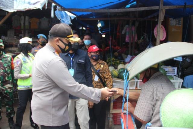 Bagi-bagi Masker, Kapolres Malang Harap Pilkada Aman (43579)