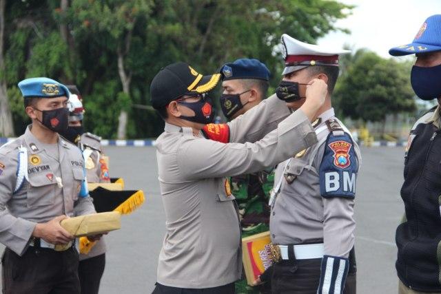 Bagi-bagi Masker, Kapolres Malang Harap Pilkada Aman (43580)