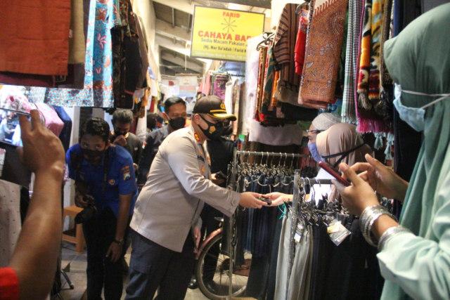 Bagi-bagi Masker, Kapolres Malang Harap Pilkada Aman (43581)