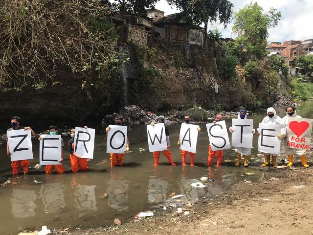 Muda Mudi di Malang Gelar Aksi Pungut Sampah di Sungai Brantas (10538)