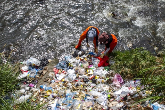 Muda Mudi di Malang Gelar Aksi Pungut Sampah di Sungai Brantas (10540)