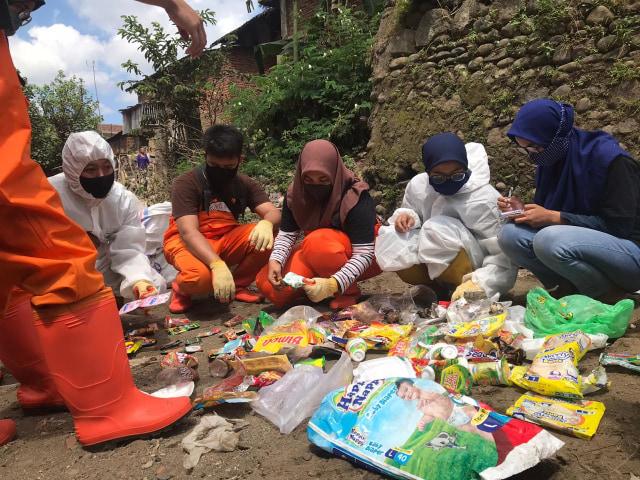 Muda Mudi di Malang Gelar Aksi Pungut Sampah di Sungai Brantas (10541)