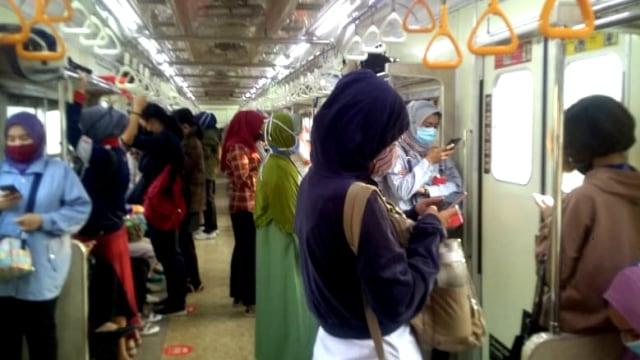 Alasan Masker Scuba dan Buff Sebaiknya Tak Dipakai di Kereta Commuter Line (150066)