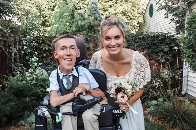 Kisah Cinta Pria Disabilitas yang Pacarnya Sering Dikira sebagai Perawat (311015)