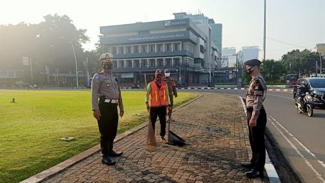 1,5 Jam Razia Masker di Tugu Tani, 15 Pelanggar Disanksi Sapu Jalan (240452)