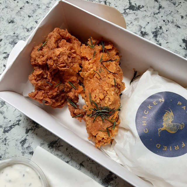 Makan Siang Ayam Goreng Buttermilk dengan Cocolan Sambal Asam nan Segar (608285)