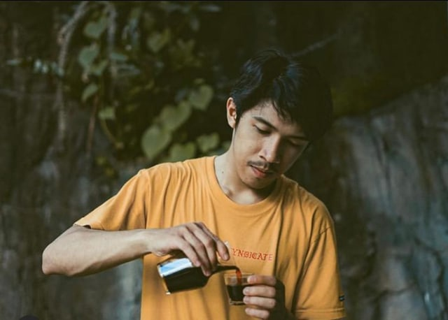 Seduh Kopi Sendiri, Pelanggan 'Coffee Bruh' Pontianak Berkesempatan Jadi Barista (307334)