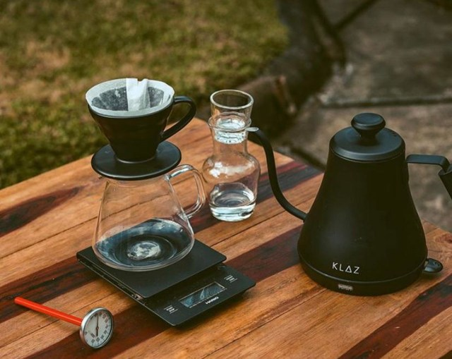 Seduh Kopi Sendiri, Pelanggan 'Coffee Bruh' Pontianak Berkesempatan Jadi Barista (307335)